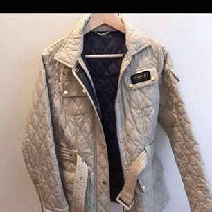 Jätte fin Barbour jacka som passar perfekt till hösten, knappt använd.Är en 36 men den är mer som en 38a enligt mig som brukar ha 38a. Lägger upp annonsen igen till billigare pris då jag bara vill få den såld!