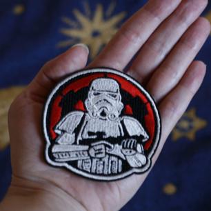 Tygmärke av en Storm trooper fr Star wars 🌪️ går att stryka på eller att sy på för den som vill. Priset är inkl frakt!