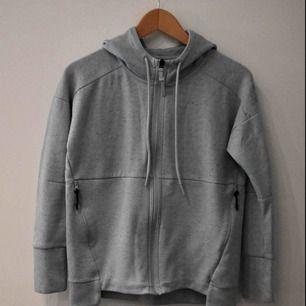 Ljusblå hoodie från Adidas, storlek xs.   Kan mötas upp i Stockholm City, eller så står köparen för frakt.
