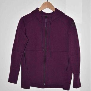 Plommonlila hoodie från Adidas, storlek XS  Kan mötas upp i Stockholm City, eller så står köparen för frakt.