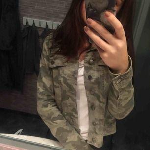 Ganska strechig jeansjacka i camouflage från Vila. Har fått många fina komplimanger om jackan, men nu är det dags att sälja den då jag inte använder den längre☺️ Köparen står för frakten, kontakta mig vid fler frågor🤠