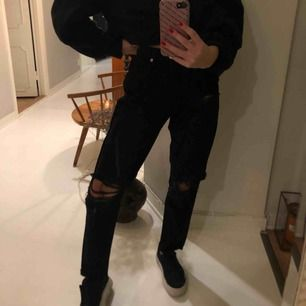 Svarta jeans men hål. Det står XS på dem men för mig är dem för stora! Jätte snygga men tyvärr för stora, därför aldrig använda!