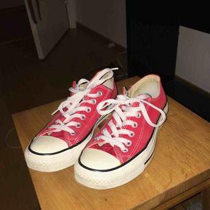 Ett par röda, låga Converse i stl 37. Jättefint skick :) Fraktar och möts upp i Sthlm!