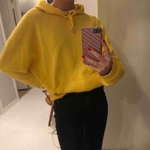 Gul hoodie i storlek M