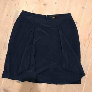 Mörkblå Filippa K kjol i toppskick. Bjuder på frakten