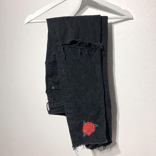 Fina mom jeans med broderade rosor.  Favoriter men används knappt längre. Frakt tillkommer.