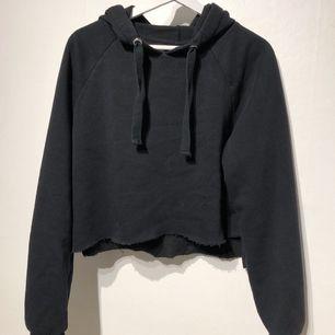 Croppad hoodie, storlek L men mer som en S-M. Frakt tillkommer.