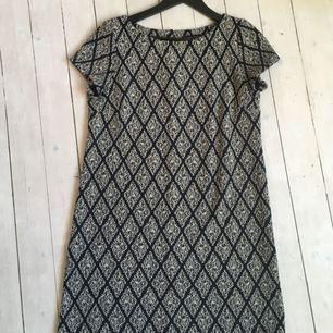 Rak klänning med kort arm från Zara i stl S. Marinblå/guld mönster.