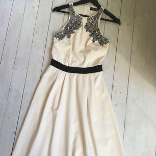 Midi lång klänning från Little Mistress (Asos) i krämvit med silver och svarta detaljer
