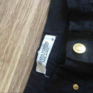 Extremt högmidjade svarta byxor använda 1gång från Chiara Forthi