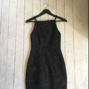 Svart/silver figurnära klänning med från H&M i stl 34.