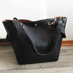 Väska. Knappt använd så den är i väldigt fint skick. Pris: 200 kr eller bud. Köparen står för frakten.