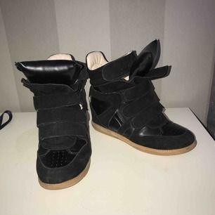 Isabel marant dupes/kopior. Svarta sneakers med platå/wedge i strl 37. Identiska med de äkta isabel marant och mycket bra skick! Frakt tillkommer.