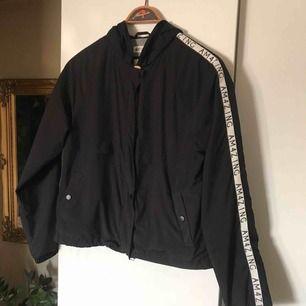 Cool enkel jacka med text på armarna från H&M. Knappt använd