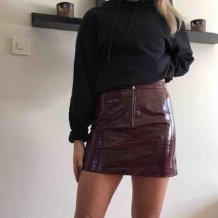 Svincool vinröd kjol som säljes då den är lite för liten för mig! Aldrig använd!!