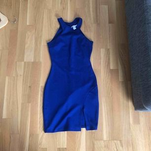 Fin tajt blå klänning från märket Nelly. Använts fåtal gånger och fortfarande i väldigt god skick. Köparen står för frakten.  Kan mötas upp i Sthlm.