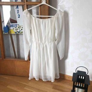 En vit klänning från Nelly som kan användas som off-shoulder. Använt det väldigt sällan. Köparen står för frakten. Kan mötas i Sthlm.
