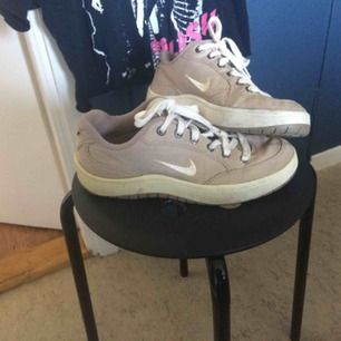 Nike-sneakers i använt men gott skick. Storlek 40 enligt lappen men jag har vanligtvis 38-39 och dessa passar mig perfekt.