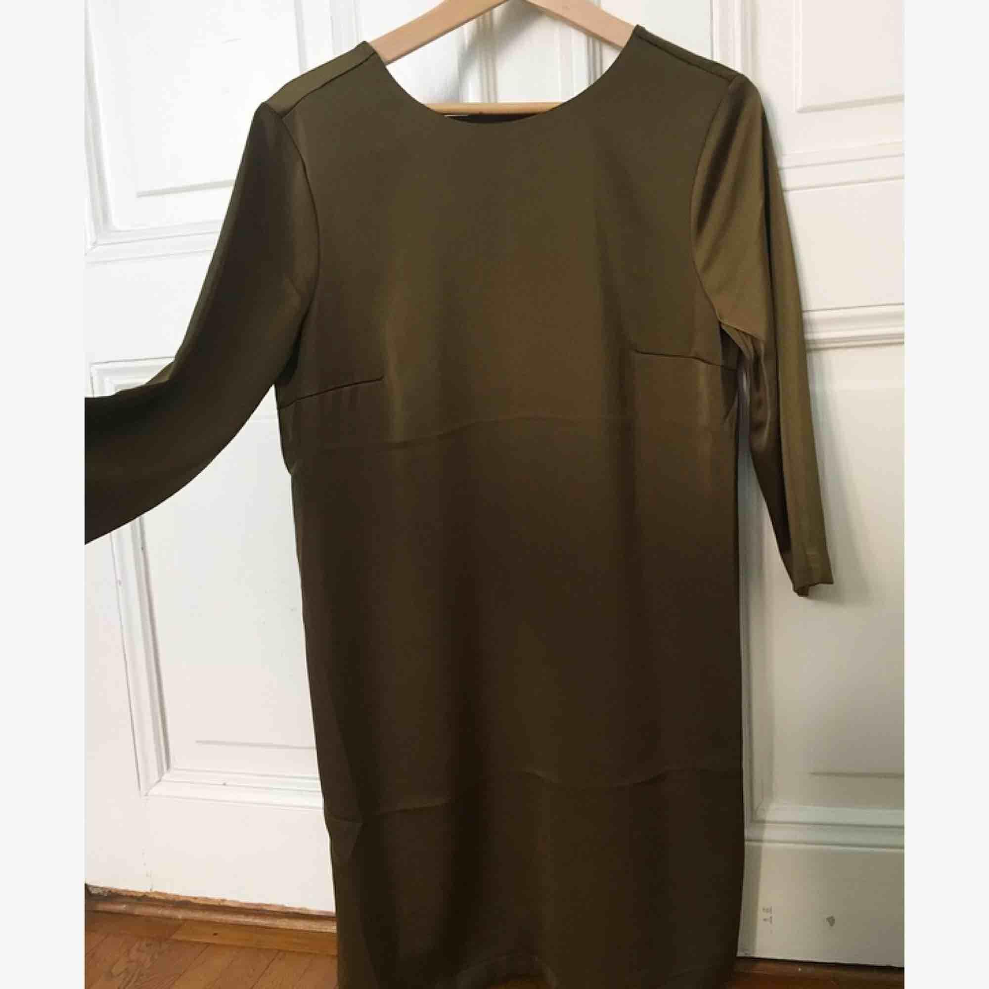 Jätte fin olivgrön klänning i satin från HM i storlek 42 ( passar L ) öppen rygg med snygg pärldetalj 💓. Klänningar.