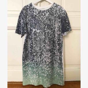 Galet snygg klänning/ stor T-shirt i massa glittriga paljetter i toppen skick! Super fin till ett par bruna ben och vita sneakers 🤗