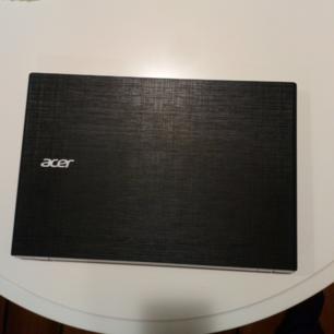 Acer Aspire E5-532. Nån repa på men syns knappt. Några repor under. 2 små repor på skärmen. Neråt pil knappen är borta men funkar.