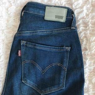 High waisted skinny jeans från Levi's. Formar rumpan & midjan väldigt bra! Endast använda 2 gånger, därav i nyskick. Hämtas i Falun eller fraktas.