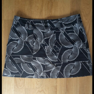 Snygg mönstrad kjol från Filippa K, i mycket gott skick. Kan hämtas i Gubbängen. Jag kan även mötas upp om vi tajmar var andra bra gällande tid och place. Eller om du vill ha den på posten så splittar vi på frakten :)