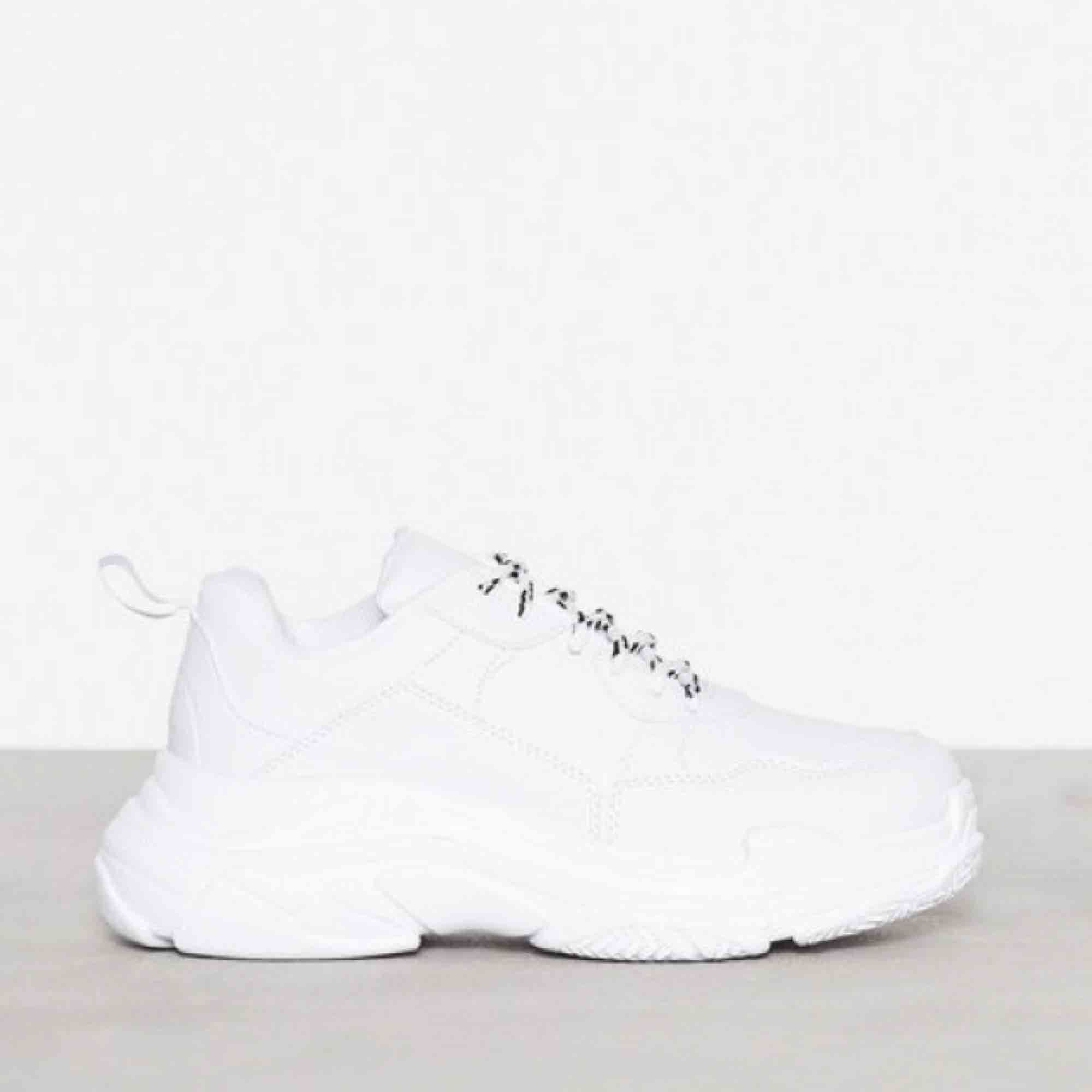 b48055fd78d Chunky Sneakers, Nelly. Vita platåsneakers i läderimitation från NLY Shoes.
