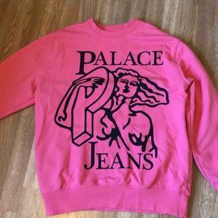 Jättefin rosa ovanlig palace tröja, fint skick använd fåtal gånger<3 frakt inräknat i priset!