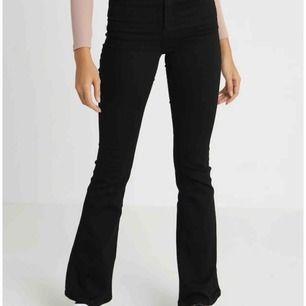 Svarta bootcut jeans från bikbok, endast använda en gång. Nypris 400