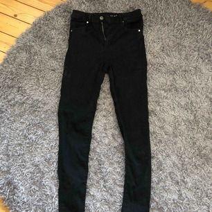 Svarta jeans, väldigt stretchiga och bekväma.  Köpare står för frakt.