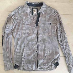 Knappt använd skjorta från CC, Capri collection.