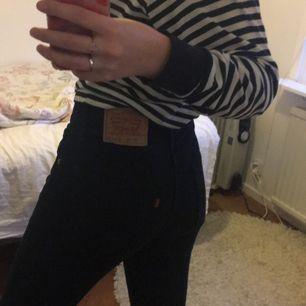Svarta jeans från Levi's! Så fina men kommer tyvärr inte till användning och säljer därför ): Midjemåttet är ca 75cm och passar mig som är 170 lång💞🦋