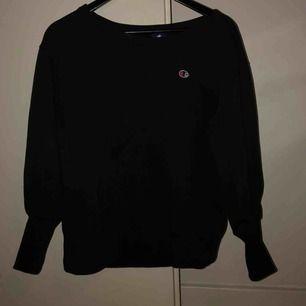 Champion tröja, använd 2 ggr. Långa muddar och logga på bröst + ena ärmen. Nypris 500