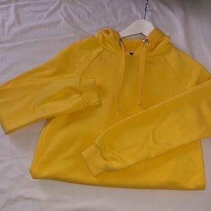 Jätte fin gul huvtröja från bik bok Aldrig använd bara till en bild jag lagt ut här. 100kr + frakt