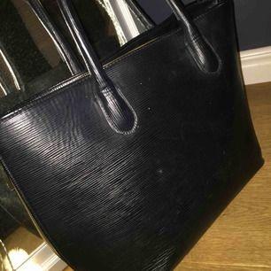 Handväska från hm med gulddragkedja, möjlighet att göra väskan större med dragkedjorna på sidorna! Små fickor inne i väskan varav en är med dragkedja. Perfekt väska till skolan✨ knappt använd! Frakt tillkommer💖