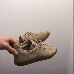 Adidas gazelle skor i storlek 42 säljes. Använda en gång.