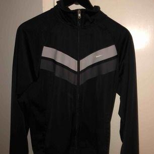 Vintage Nike tröja med dragkedja och hög krage. Varm och skön och i jättefint skick