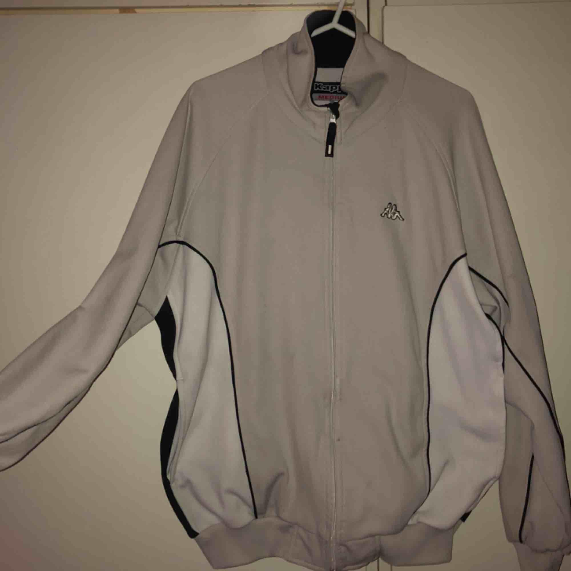 skitkattig sweatshirt m zip från kappa! 💕😻👌 köpt på humana. har ett litet brännmärke precis bredvid dragkedjan som knappt syns. Huvtröjor & Träningströjor.