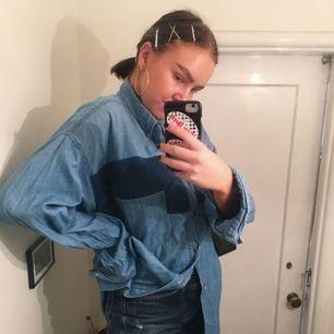 SÅ cool jeansskjorta från Beyond Retro! Går att ha lite uppknäppt som oversized tröja, helknäppt som klänning, eller helt uppknäppt som typ kofta, eller klipp av den så den blir kort!! Möjligheterna är oändliga hahah