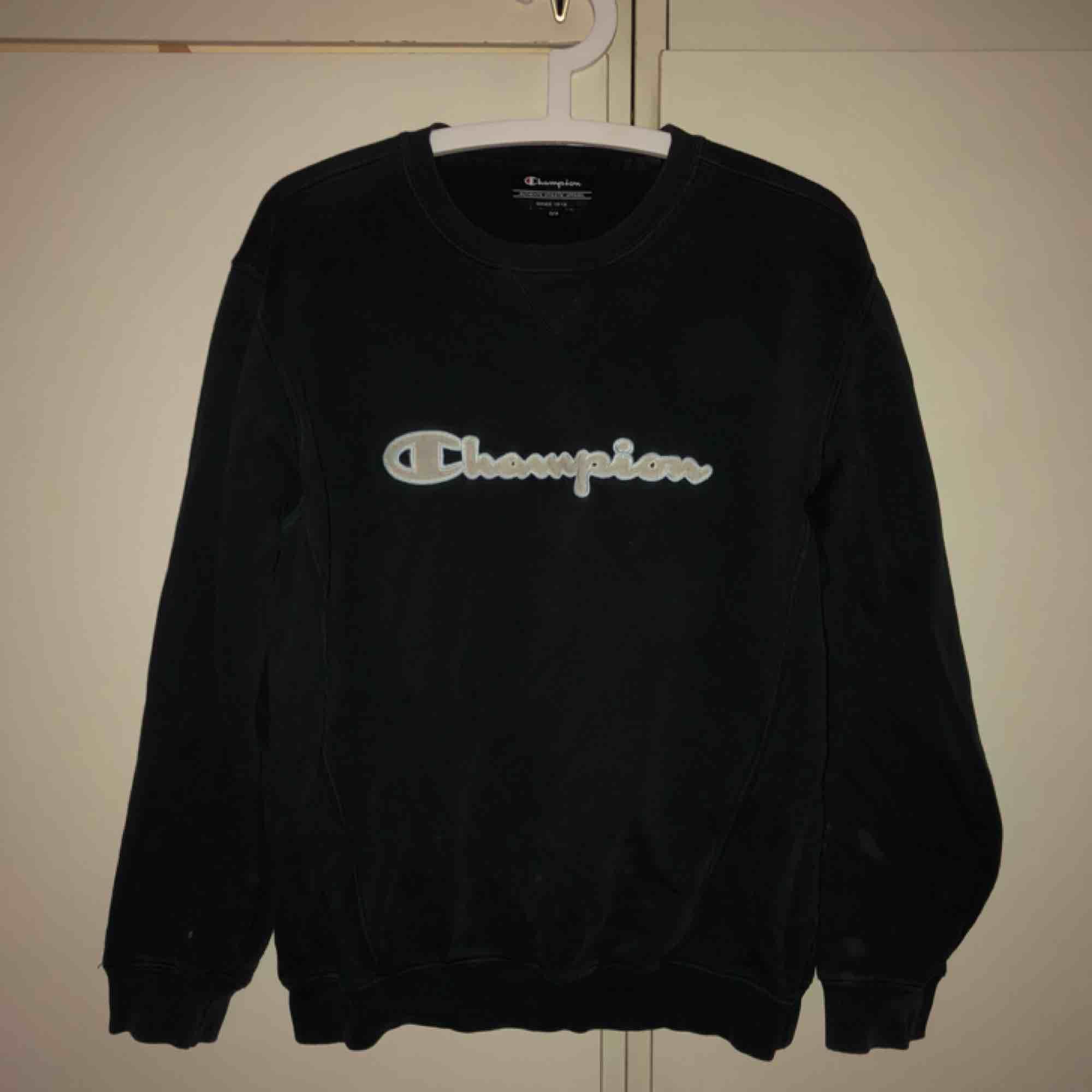 mörkblå sweatshirt från champion! skitfin. har småsmå fläckar på sig efter blekningsmedel men inget man tänker på. Huvtröjor & Träningströjor.