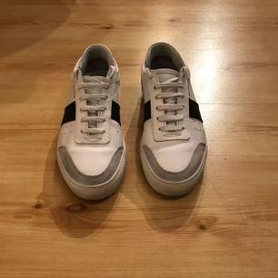 Ett par skor från AXEL ARIGATO i fint skick, i storlek 41. Använt ett fåtal gånger. Jag säljer dem på grund av att de är för små för mig. Nypris ligger på 1700kr.  Fri frakt!