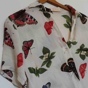 Tunn blus med fjärilar på. I fint, begagnat skick. Uppskattningsvis storlek S/M. Frakt på 18 kr tillkommer. 💘