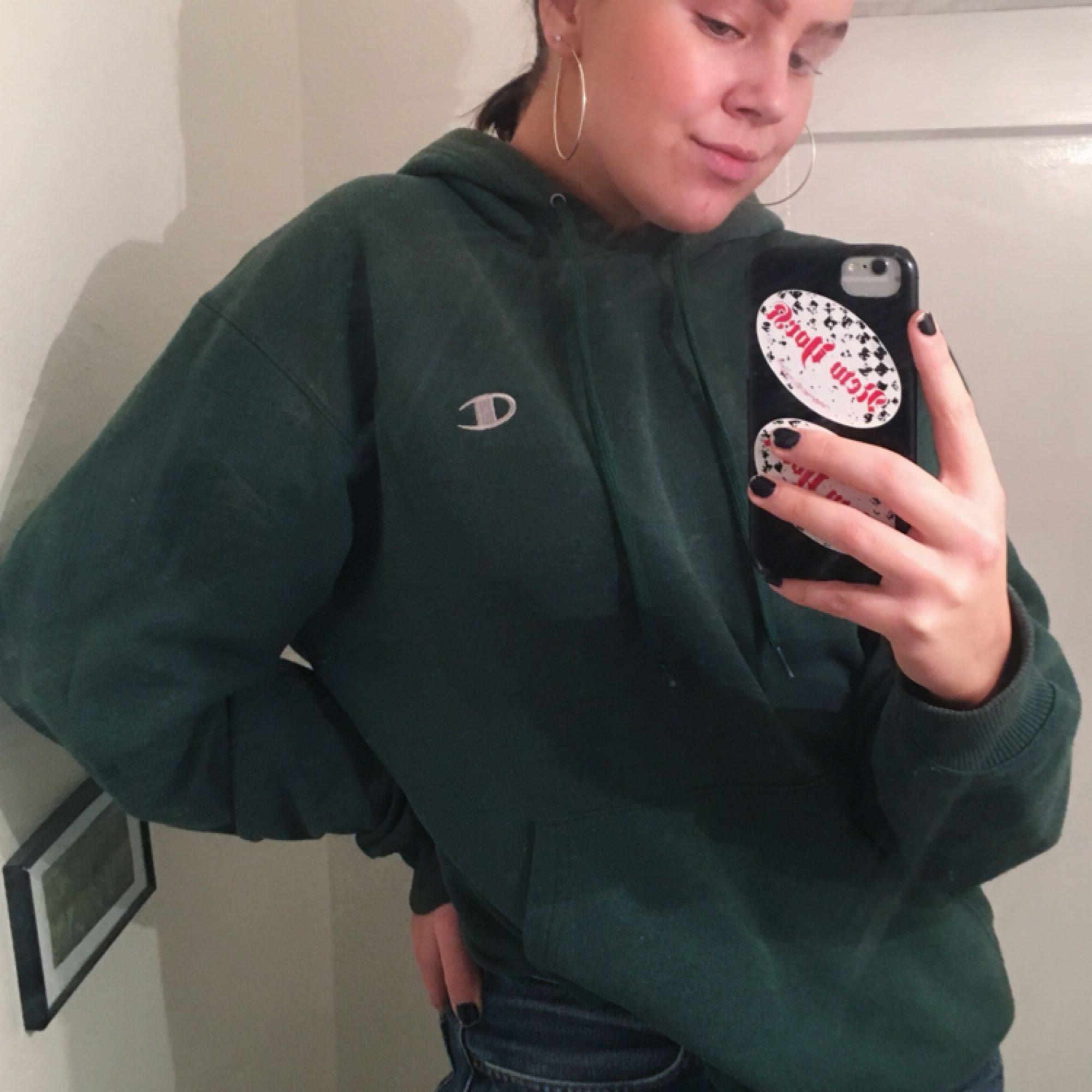 JÄTTEcool och snygg grön hoodie från Champion! Bra skick bortsätt från dem små fläckarna på ärmen som man ser på sista bilden, men tycker inte det gör något, dem är bara blekta liksom, så ser inte ofräscht ut! Har använt den massor, men nu måste jag få mer plats i garderoben!! Skynda fynda!!. Huvtröjor & Träningströjor.