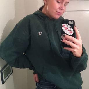 JÄTTEcool och snygg grön hoodie från Champion! Bra skick bortsätt från dem små fläckarna på ärmen som man ser på sista bilden, men tycker inte det gör något, dem är bara blekta liksom, så ser inte ofräscht ut! Har använt den massor, men nu måste jag få mer plats i garderoben!! Skynda fynda!!