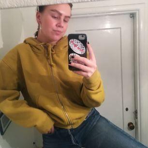 SÅ snygg och skön senapsgul hoodie från Weekday!! I bra skick också, köp!!