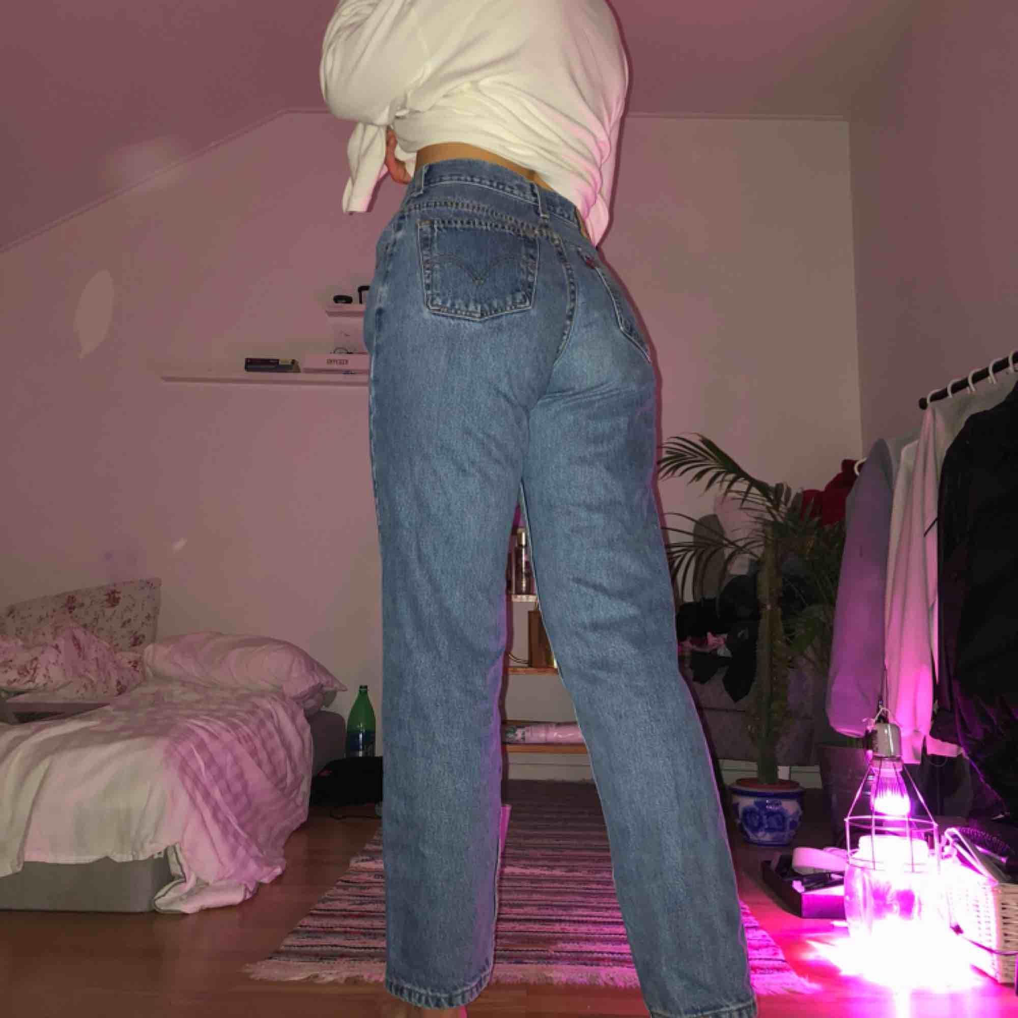 levi's jeans 550! införskaffade på beyond retro för länge sen. använda men såå fina! sitter lite pösigt på mig som har 27 i waist. Jeans & Byxor.