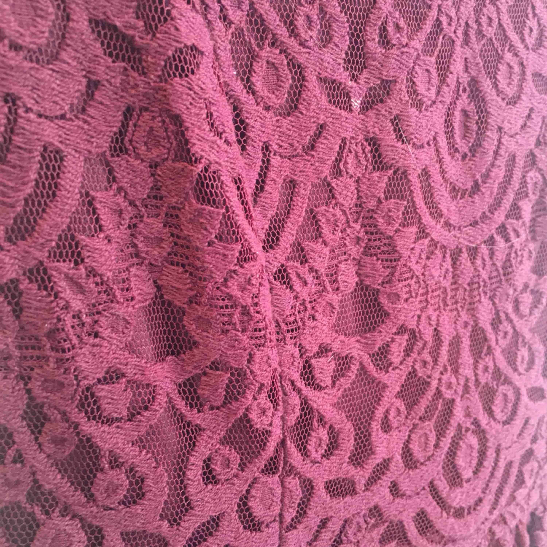 Super fin vinröd klänning med spetsigt tyg.  Klänningen är bara använd 1-2 gånger och är i mycket bra skick! Har swish! Kan frakta om köparen står för kostnaden. . Klänningar.