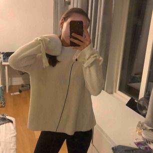 Mysig tröja i storlek L men passar perfekt som oversize för mig som är S 🌟