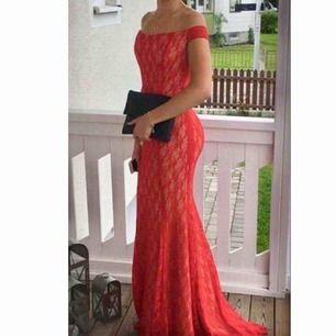 Figursydd klänning röd spets klänning Passar XS, S och möjligtvis en liten M då den är stretchig   Öppen i ryggen  Nypris 2200kr